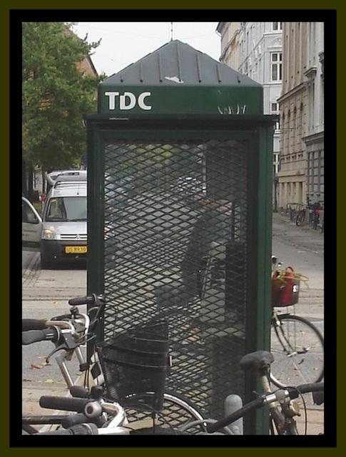TDC phone booth / Téléphone TDC.