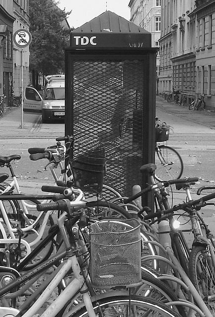 B & W TDC phone booth / Téléphone TDC  en noir et blanc