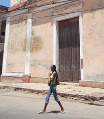 Religious glance on a sexy cuban girl / Regard religieux sur une cubaine sexy.