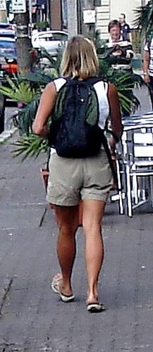 Subway blonde mature Lady on flats / Dame blonde en talons plats - Recadrage