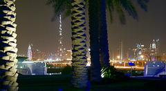 Jenseits des Creek, der Burj Khalifa in der Nacht.  ©UdoSm
