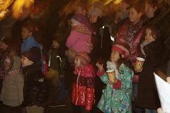 Der Kasperle spielt auf dem Weihnachtsmarkt