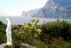 Blick vom Nordufer des Lago di Garda bei der kleinen Marienstatue auf Torbole. ©UdoSm