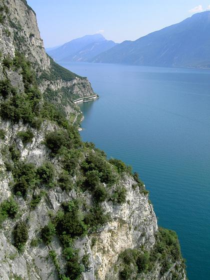 Strada della Forra. Blick von der äußeren Kehre, hinunter zum Lago in Richtung Norden..  ©UdoSm
