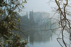 Lago di Toblino mit Castel Toblino im Morgendunst. ©UdoSm