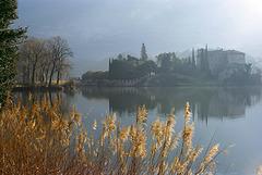 Lago di Toblino mit Castel Toblino im ersten Sonnenlicht. ©UdoSm