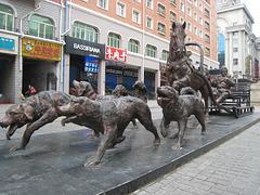 满洲里街道旁的红铜雕塑