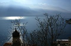 Limone. Kapelle San Rocco vor dem Monte Baldo in besonderem Licht. ©UdoSm