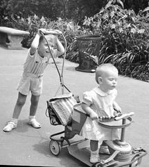 Guy & Donna at the zoo 1946 (1)