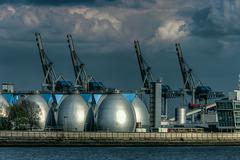 Faultürme der Kläranlage auf dem Köhlbrandhöft im Hamburger Hafen