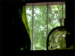Botella verde en ventana