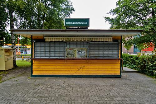 Gelber Kiosk am Bahnhof Halstenbek --- kiosk-1190038-co-23-06-14