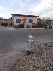 Hydrant & cute house / Protégée du feu.