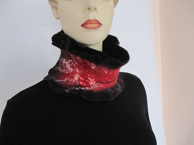 felted collar scarf - red