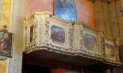 Pieve di Tremosine. Kirche San Giovanni Battista. Seitenbalkon mit Steinmetzarbeiten in Sandstein. ©UdoSm