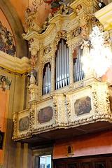 Pieve di Tremosine. Kirche San Giovanni Battista. Seitenbalkon mit Steinmetzarbeiten in Sandstein und mit der Orgel. ©UdoSm