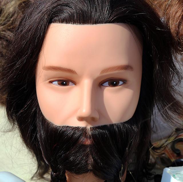 Tête de mannequin femme .....avec une barbe .