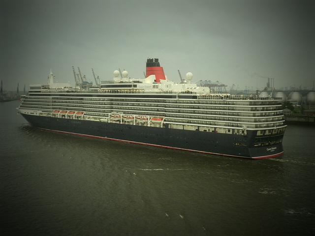 Queen Elizabeth einlaufend Hamburg