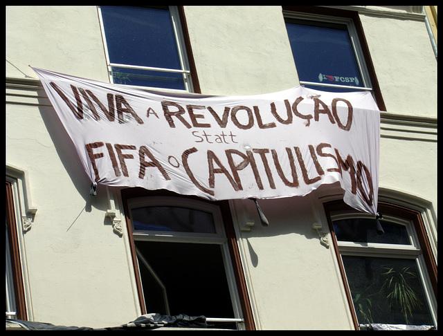 Protest gegen die Fussball - Weltmeisterschaft in Brasilien durch das Wohnprojektes Gure Etxea