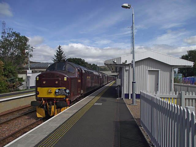 37 685/37 516 pull into Dingwall