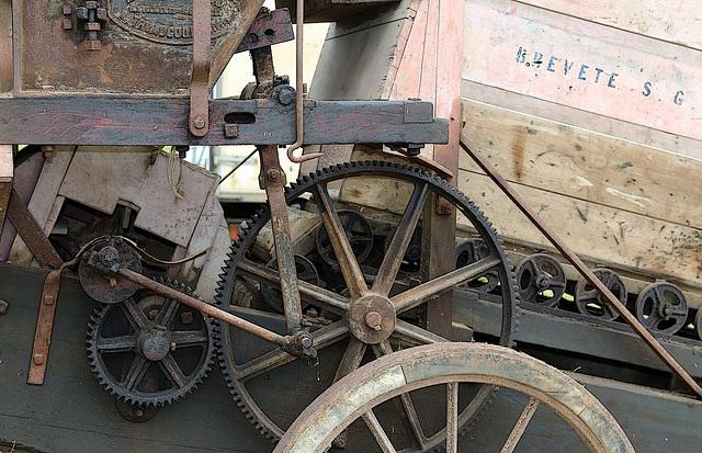 Ancienne machine agricole avec tapis roulant en bois