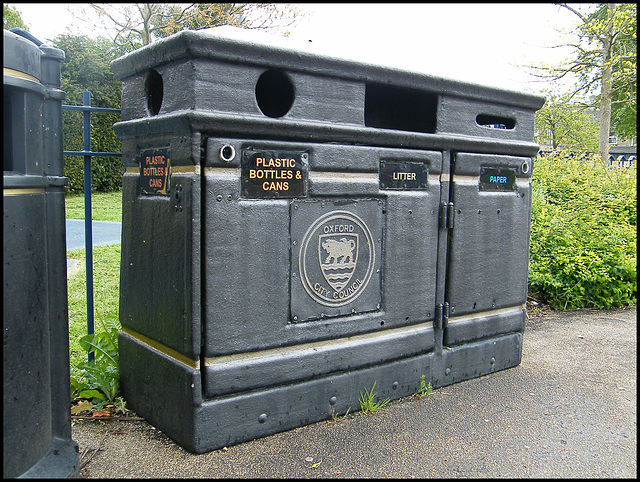old-style recycling bin