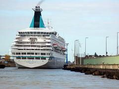 Kreuzfahrtschiff  ARTANIA bei Schleusung in Bremerhaven