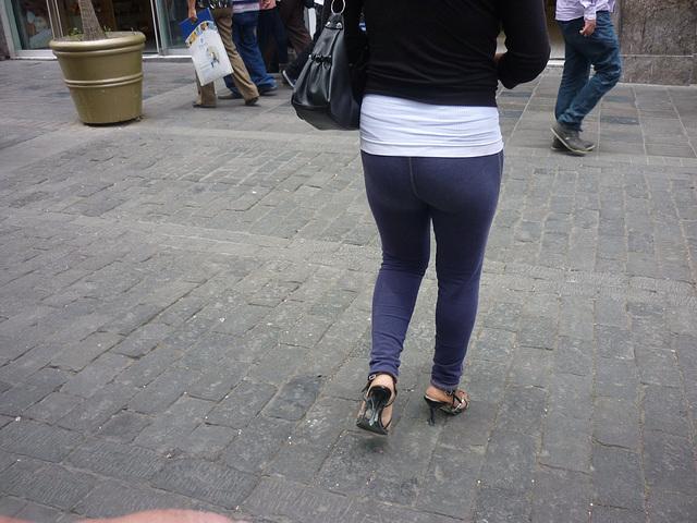 Péruviennes en talons hauts / Peruvian Lady in high heels - Originale