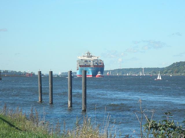 Containerschiff Maersk Taikung auf der weiten Elbe