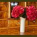 Rote Hortensien in Wellenspiel-Vase
