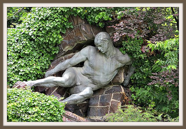 L'effort, ou Hercule détournant à travers les rochers le fleuve Alphée, représente l'un des douze travaux d'Hercule. L'originalité de l'œuvre réside avant tout dans l'emploi des matériaux, Pierre Roch