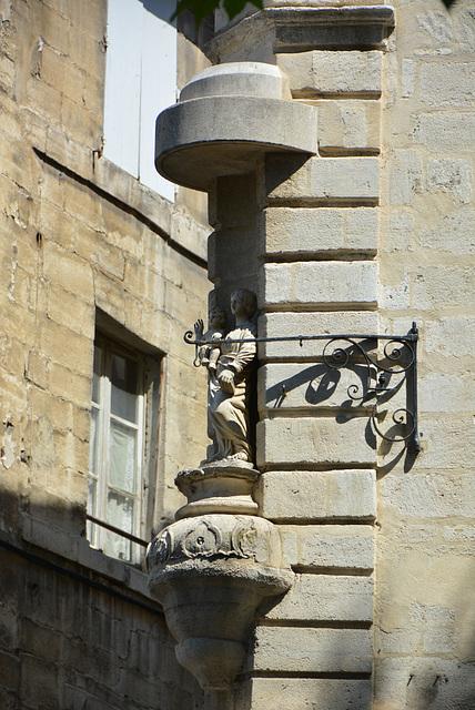 rue et petite statue vierge, Avignon