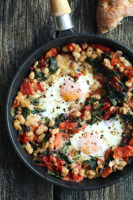 Munad vürtsikate ubadega ja lehtpeediga / Baked eggs with spicy beans and chard