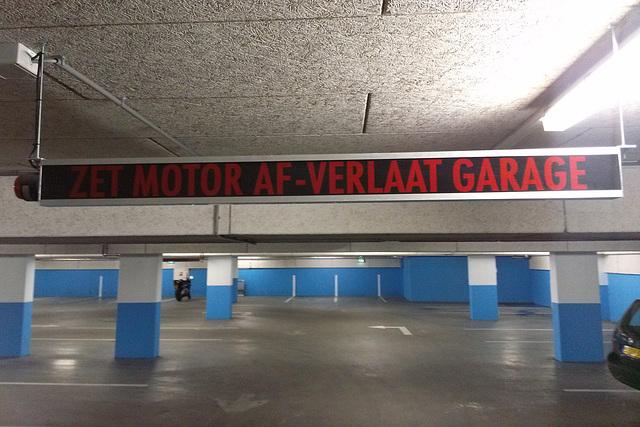 Zet motor af – verlaat garage