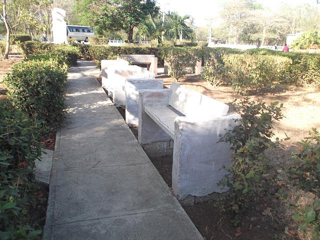 Bancs ombragés / Shady benches.