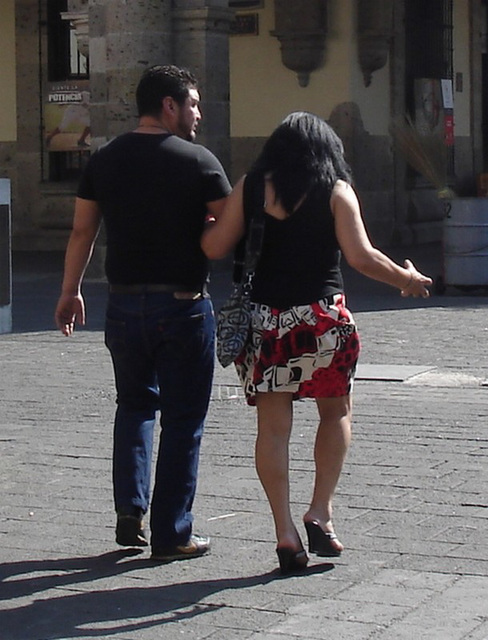 Lady Hidalgo en talons hauts / Lady Hidalgo in high heels - Recadrage