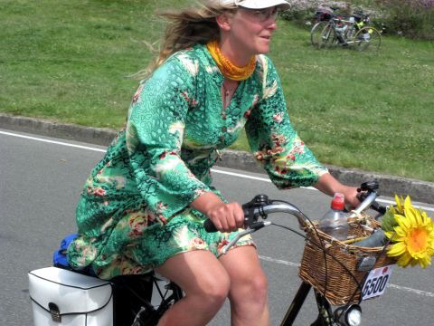 Sophie Matter ride her city bike with basket and flowers west from Paris to the sea and back