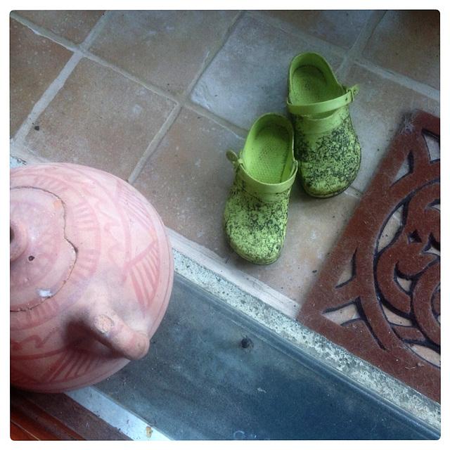 Christiane / Ses sabots boueux - Her muddy clogs / Original shot.