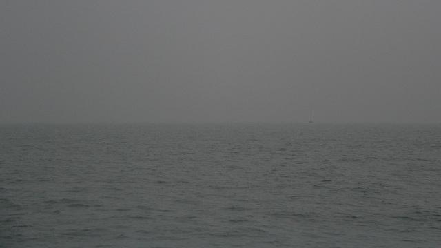 Entre  brume et  brouillard .....un voilier à l'horizon