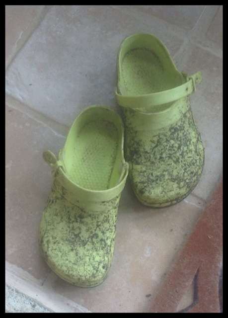 Christiane /  Ses sabots boueux - Her muddy clogs - Recadrage