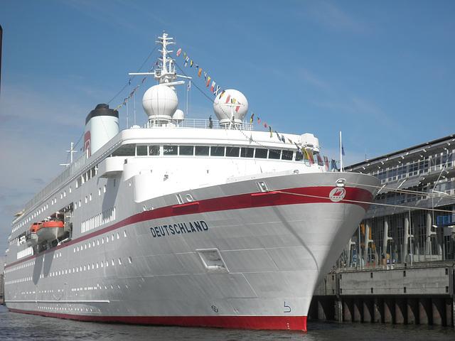 die Deutschland - für die einen, für die anderen das Traumschiff