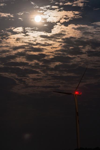 Mond und Windrad - 20140906