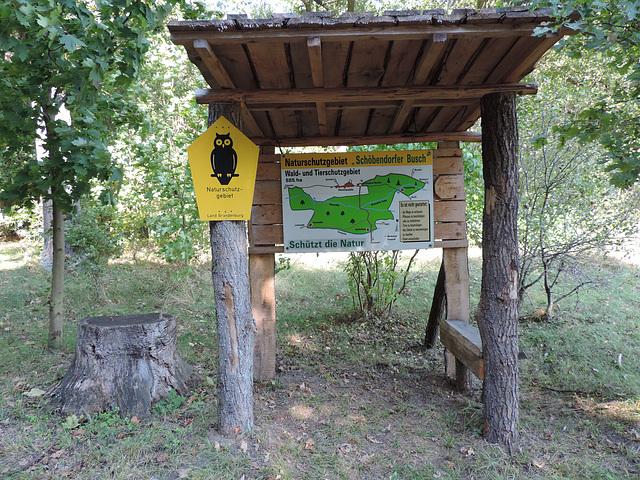 Unterstand mit Bank im Naturschutzgebiet