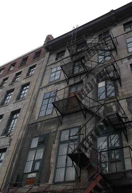 Escaliers de secours / Fire escapes.