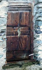 Une porte qui aurait bien des histoires à raconter