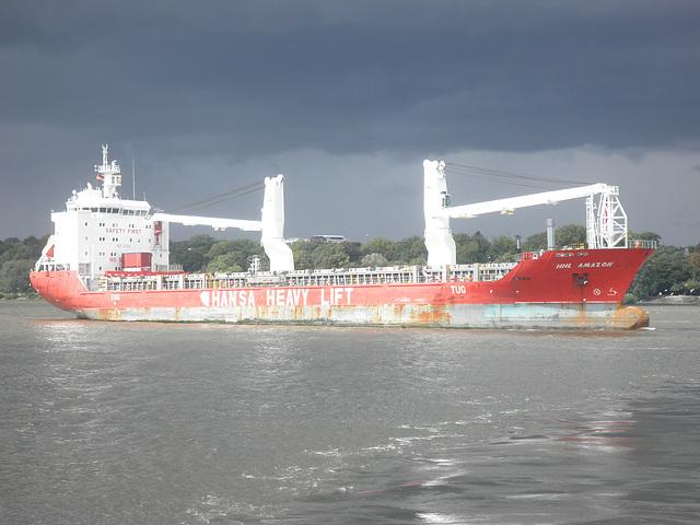 Frachter HHL Amazon mit Gewitterstimmung