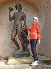 La statue a du mal à rester de marbre (ou plutôt de bronze !) devant les pitreries de ma mère, 94 ans... Les anciens ne respectent plus rien :o))