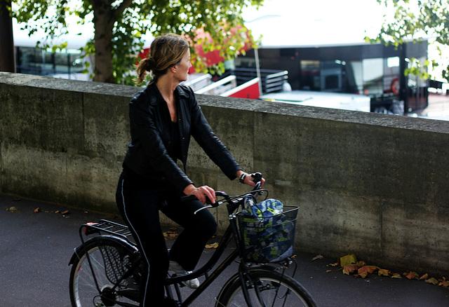 Young sporty lady a velo, Paris