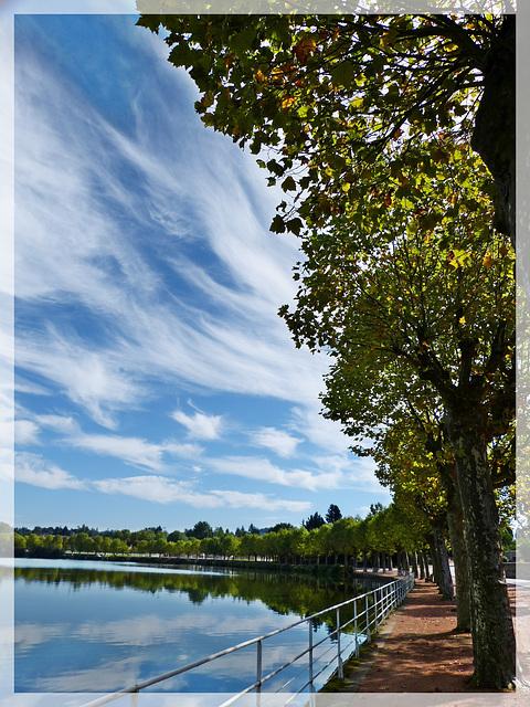 Nuages en éventail sur le lac de La Clayette.