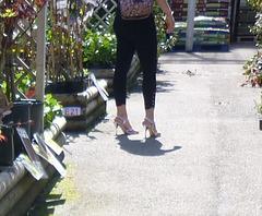 Jeune brune Carcassonienne hautement chaussée / French Goddess on heels.